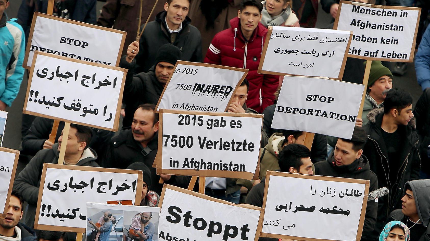 Etwa 120 Menschen protestierten am Flughafen Frankfurt/Main gegen die Abschiebung von 15 Menschen nach Afghanistan (Symbolbild).