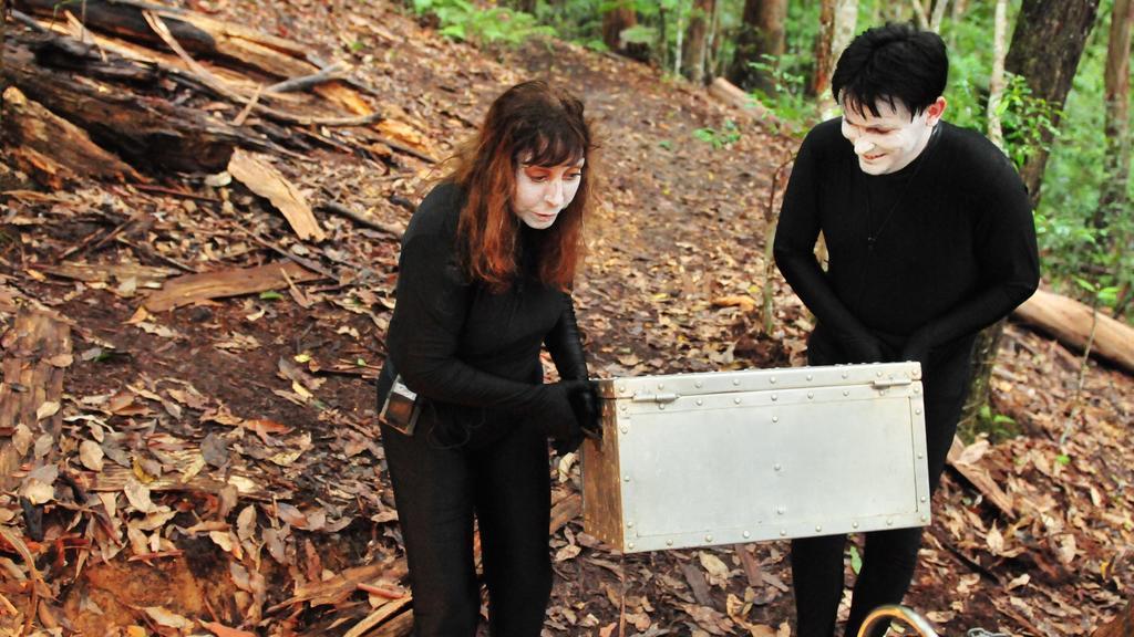 Noch als Pantomimen verkleidet tragen Tina und Matthias die Schatztruhe ins Dschungelcamp.