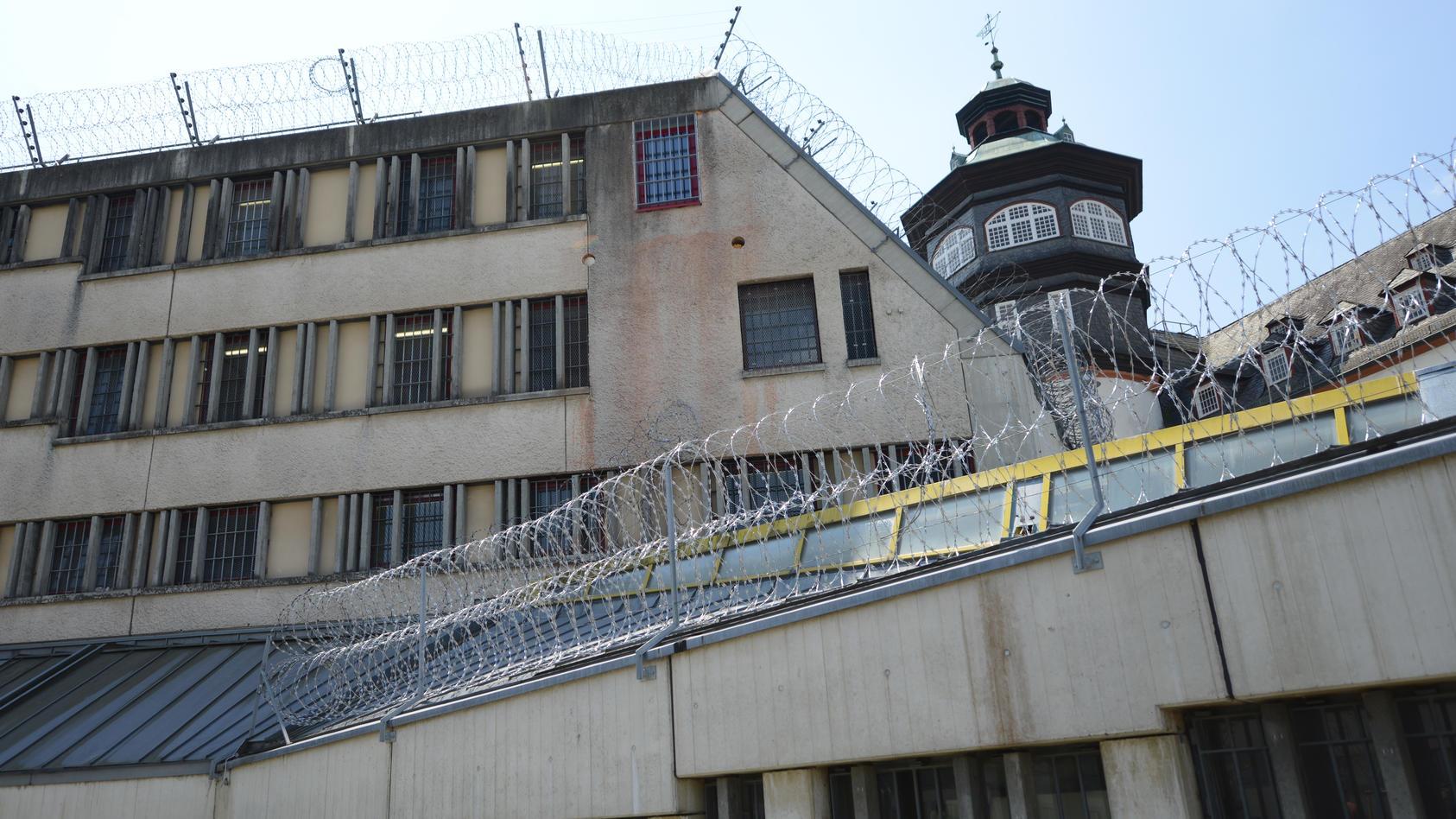 Auch in der Justizvollzugsanstalt Schwalmstadt (Hessen) werden Straftäter in Sicherheitsverwahrung untergebracht.