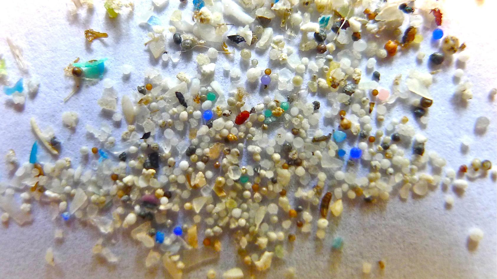 Mikroplastik ist überall drin und es gelangt ungehindert in unseren Körper.