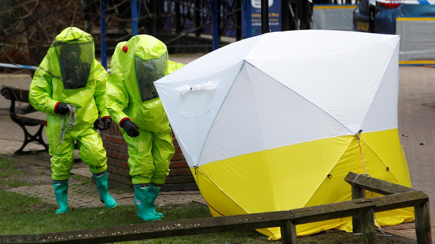 Spezialisten untersuchen den Tatort in Salisbury.