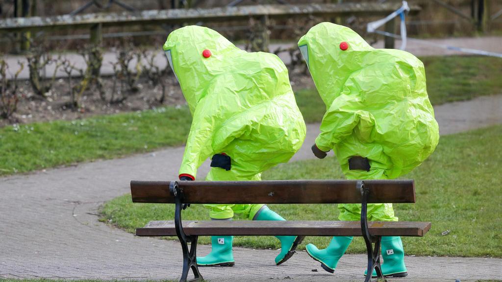 dpatopbilder - 08.03.2018, Großbritannien, Salisbury: Einsatzkräfte in Schutzanzügen ziehen sich zurück, nachdem sie über der Bank, auf der der frühere Doppelagent Sergei Skripal und seine Tochter mit Vergiftungserscheinungen aufgefunden wurden, ein