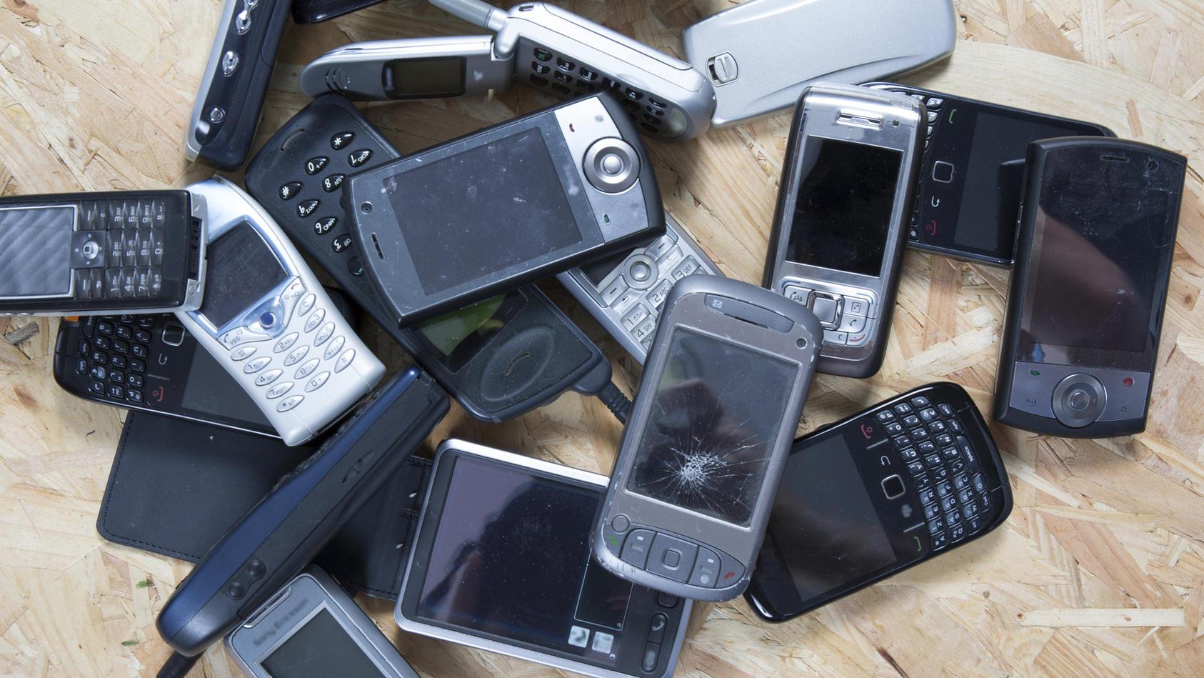 Viele Menschen haben mindestens ein altes Handy zuhause.