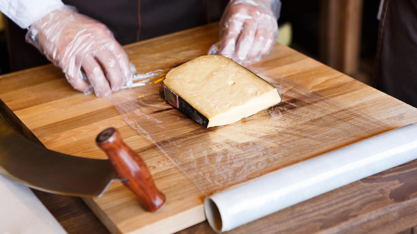 Packen Sie Ihren Käse auch immer in Folie ein? Lassen Sie es lieber!