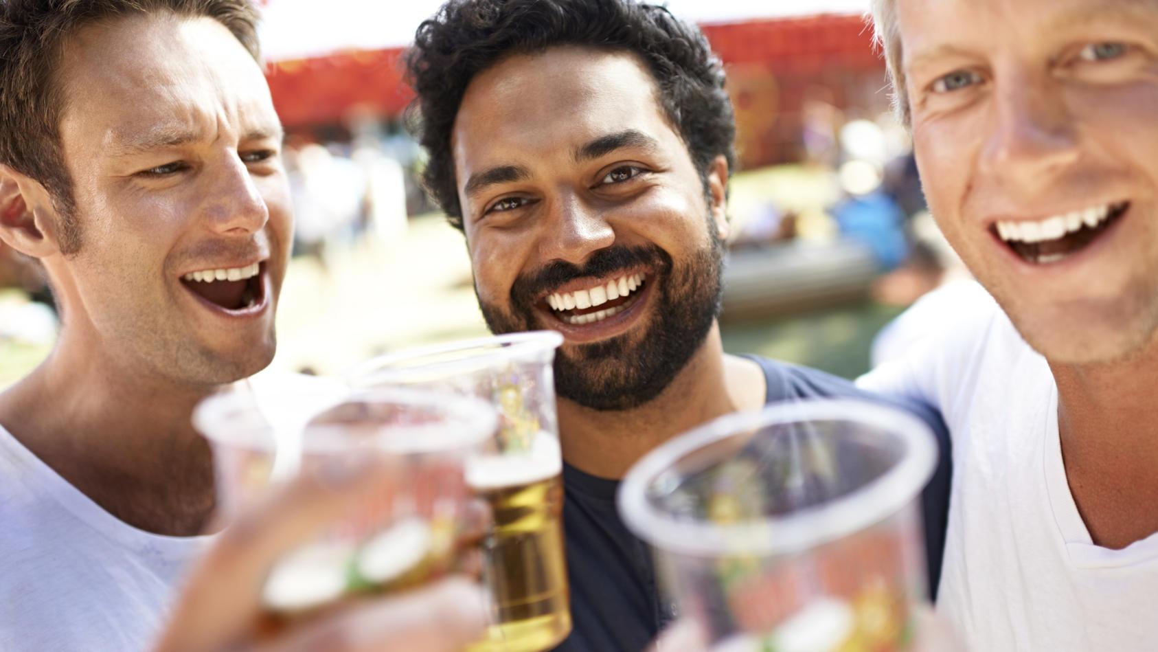 Auch moderate Mengen an Alkohol steigern schon das Risiko, an Darmkrebs zu erkranken.