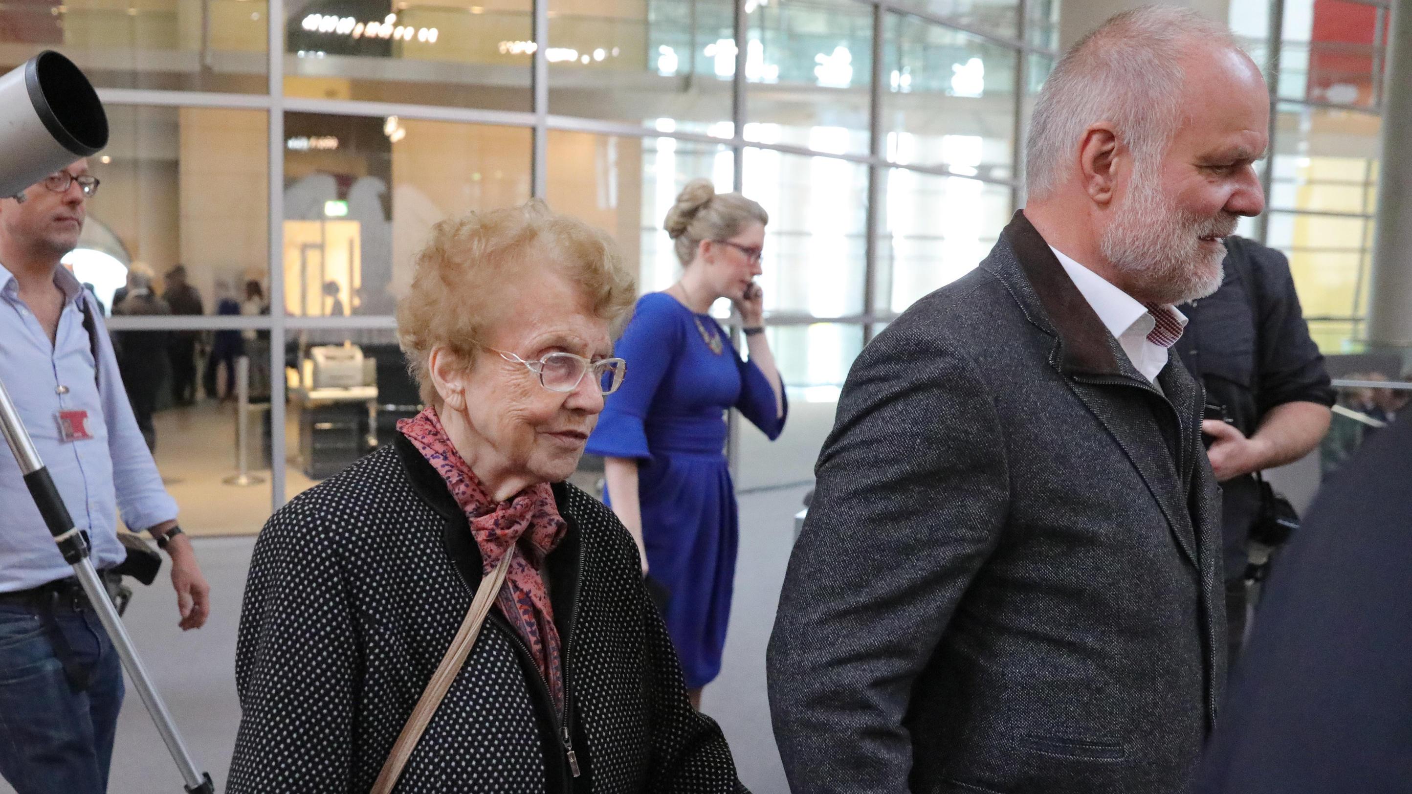 Familiar Wie Nie Auch Merkel Ehemann Und Mutter Der Kanzlerin Kamen Zur Vereidigung