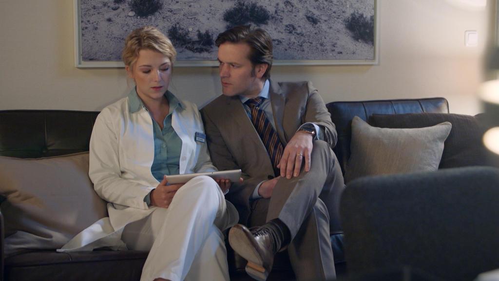 GZSZ: Lilly fühlt sich in der Gegenwart von Dr. Brückner unwohl.