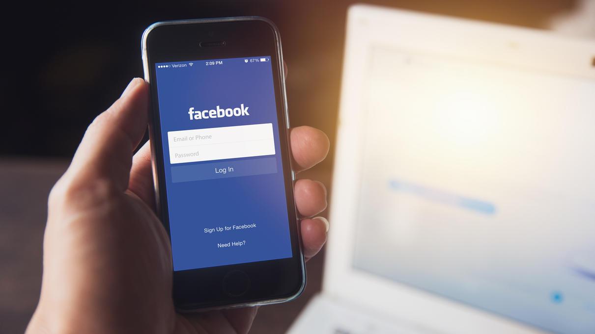 Facebook auf dem Smartphone? Viele User haben nach dem neuen Daten-Skandal Bauchschmerzen bei der Nutzung des sozialen Netzwerks.