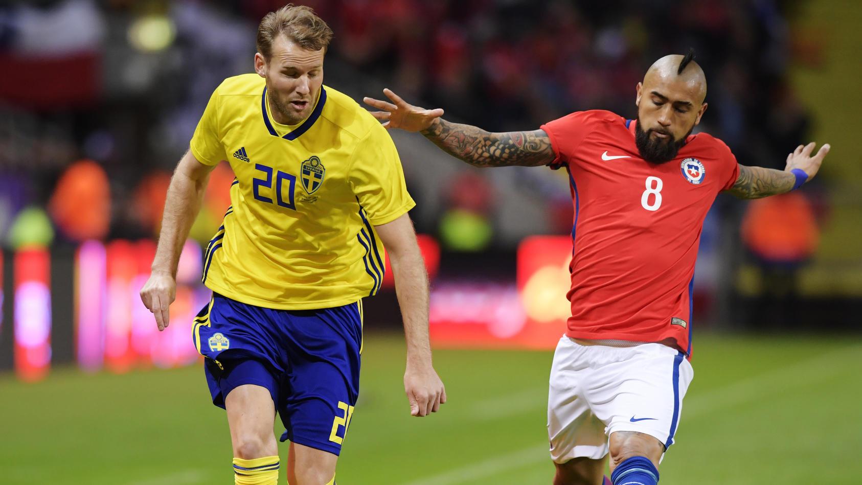 Ola Toivonen (li.) hatte gegen Chile mit Arturo Vidal (re.) das Nachsehen.