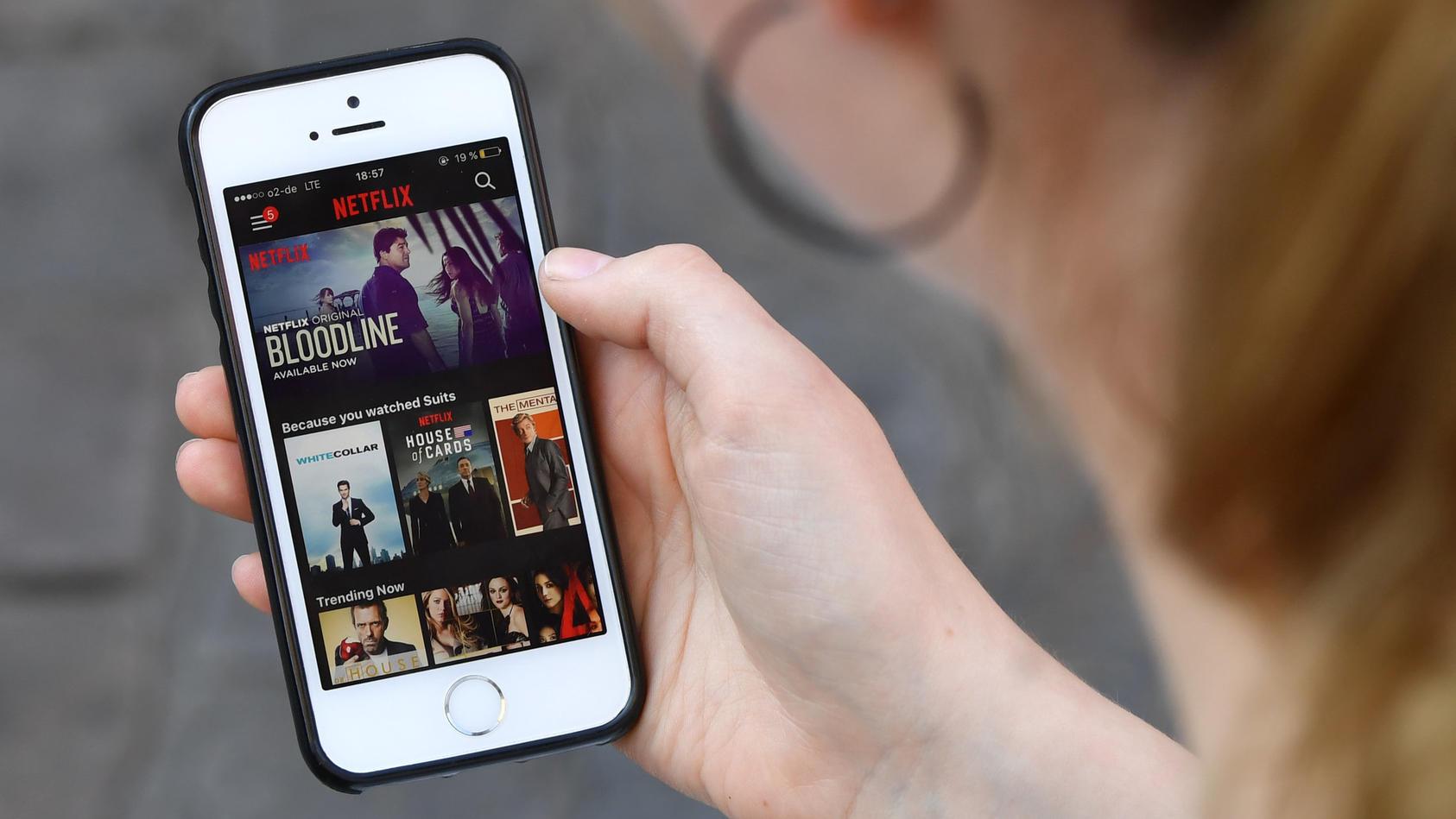 App starten und los geht's: Die EU lockert die Streaming-Regeln für Netflix, Spotify und andere Anbieter.