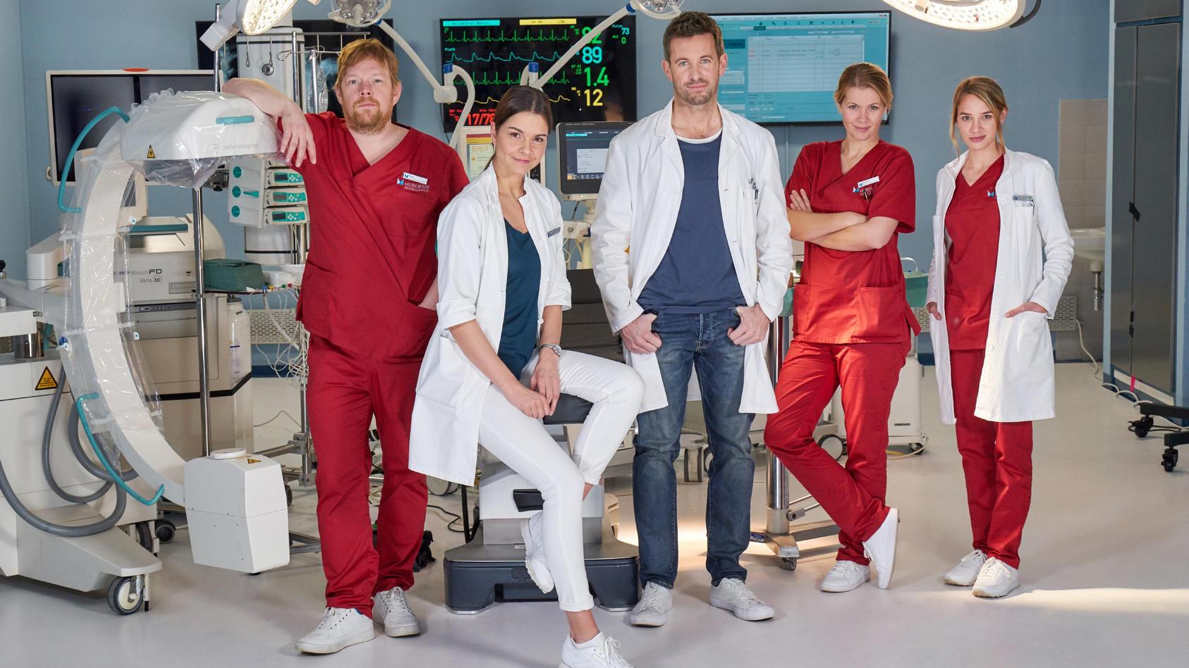 """Der Cast von """"Lifelines"""" v.l.: Elias Wadowski (Oliver Bröcker), Laura Seifert (Susan Hoecke), Alex Rode (Jan Hartmann), Schwester Annika (Tina Amon Amonsen), Dr. Caro Diehl (Jytte-Merle Böhrnsen)"""