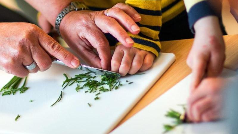 In einer Kita wird Schnittlauch geschnitten: Die Frankfurter Vegan-Kita will den Fokus auch auf saisonale Lebensmittel legen.