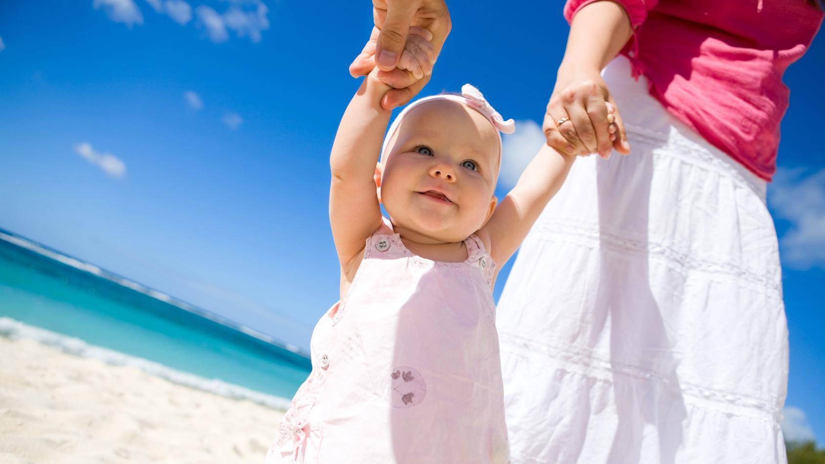 Nicht nur im Sommer sollten Kinder vor der Sonne geschützt werden.