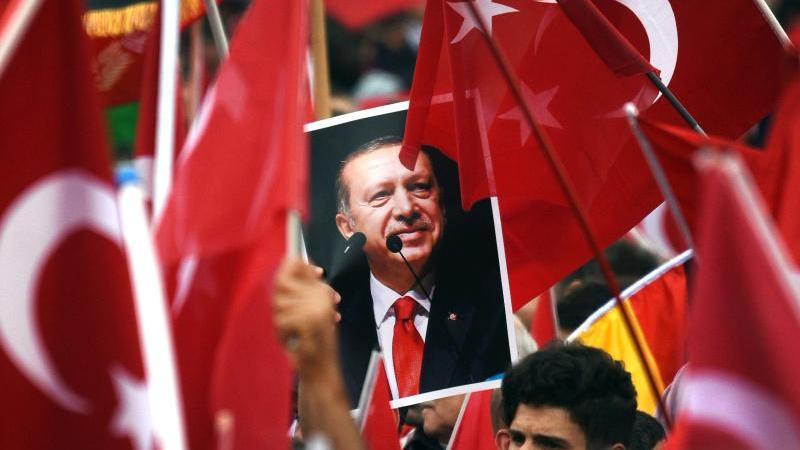Während eines Auftritts von Recep Tayip Erdogan im Mai 2014 in Köln werden türkische Fahnen geschwenkt. Foto: Henning Kaiser