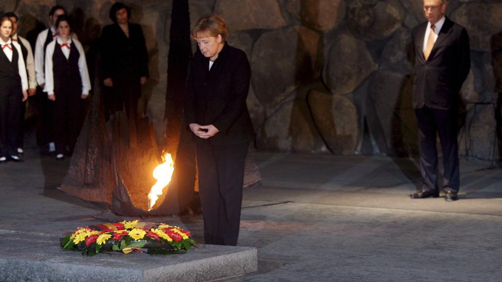 19.03.2008, Israel, Jerusalem: Bundeskanzlerin Angela Merkel (CDU) steht an der Gedenkflamme in der Halle der Erinnerung in der Holocaust Gedenkstätte Yad Vashem, nachdem sie einen Kranz niedergelegt hat.