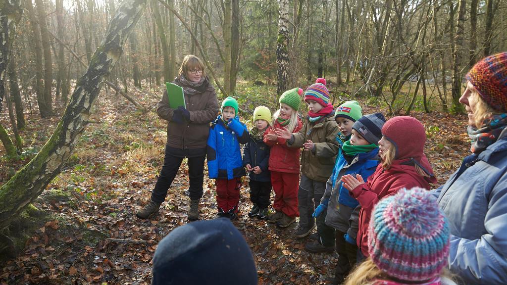 Rheinland-Pfalz, Koblenz: Kinder spielen im Waldkindergarten im Stadtwald von Koblenz.  (zu dpa «Ministerium: Naturpädagogik immer wichtiger in Kitas» vom 15.04.2018) Foto: Thomas Frey/dpa +++ dpa-Bildfunk +++