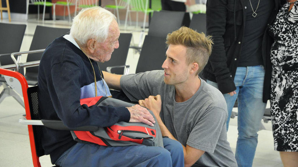 HANDOUT - 02.05.2018, Australien, Perth: David Goodall (l), australischer Wissenschaftler und Professor, verabschiedet sich am Flughafen von seinem Enkel. Mit 104 Jahren hat David Goodall sich auf seine letzte Reise gemacht: Der australische Botanike
