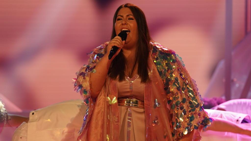 """DSDS 2018: Janina performt im großen Finale  zum ersten Mal ihren Finalsong """"Parachute""""."""