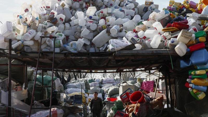 Plastikmüll in einer Sammel- und Sortieranlage im Bezirk Shijingshan in Peking. Foto: Rolex De La Pena/EPA/Archiv