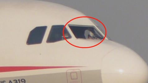 Zerbrochene Windschutzscheibe des Fliegers der Sichuan Airlines (Quelle: weibo.com)