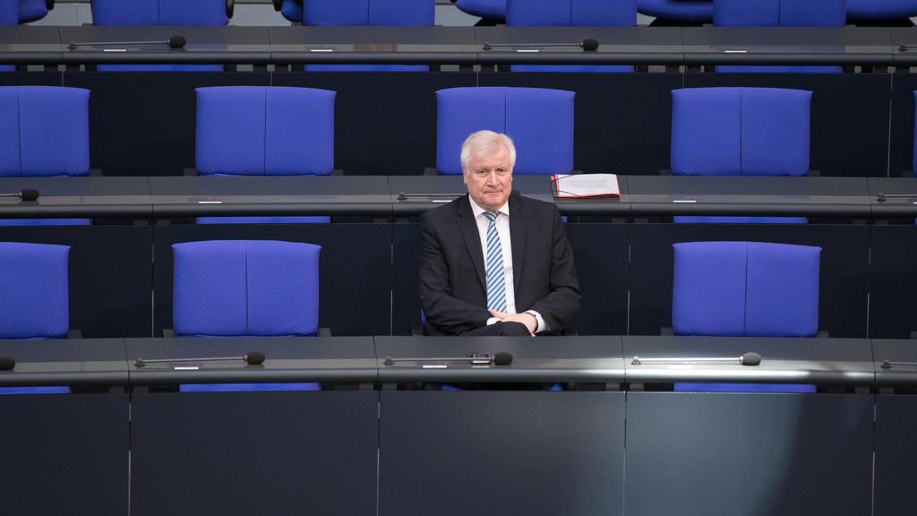 dpatopbilder - 17.05.2018, Berlin: Horst Seehofer (CSU), Bundesinnenminister, sitzt vor der Plenarsitzung des Bundestages im Reichstagsgebäude auf seinem Platz in der Regierungsbank. Hauptthemen der 33. Sitzung der 19. Legislaturperiode sind der Bund