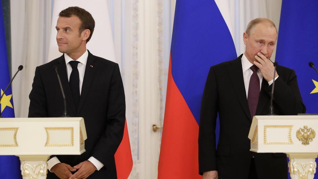 dpatopbilder - 24.05.2018, Russland, St. Petersburg:Wladimir Putin (r), Präsident von Russland, und Emmanuel Macron, Präsident von Frankreich, geben nach ihrem Treffen eine Pressekonferenz. Russland und Frankreich wollen nach Worten des russischen P