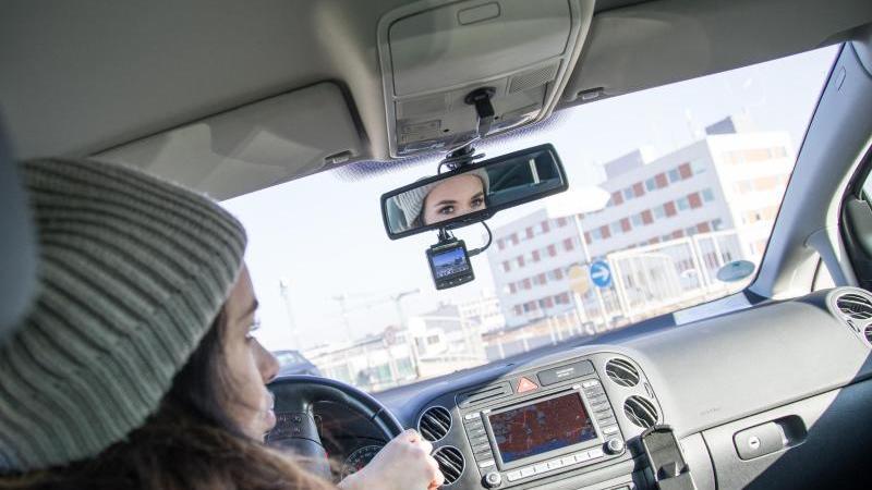 Eine Dashcam im Auto sollte direkt unterhalb des Rückspiegels angebracht werden. Foto: Christin Klose