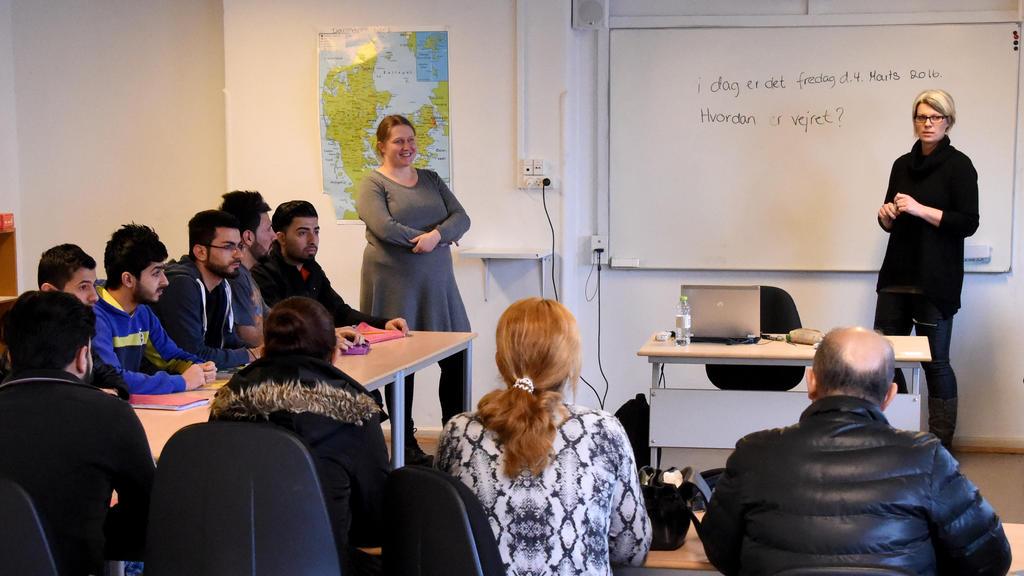 Flüchtlinge sitzen am 04.03.2016 im Asylcenter im dänischen Sønderborg im Sprachunterricht. Foto: Carsten Rehder/dpa
