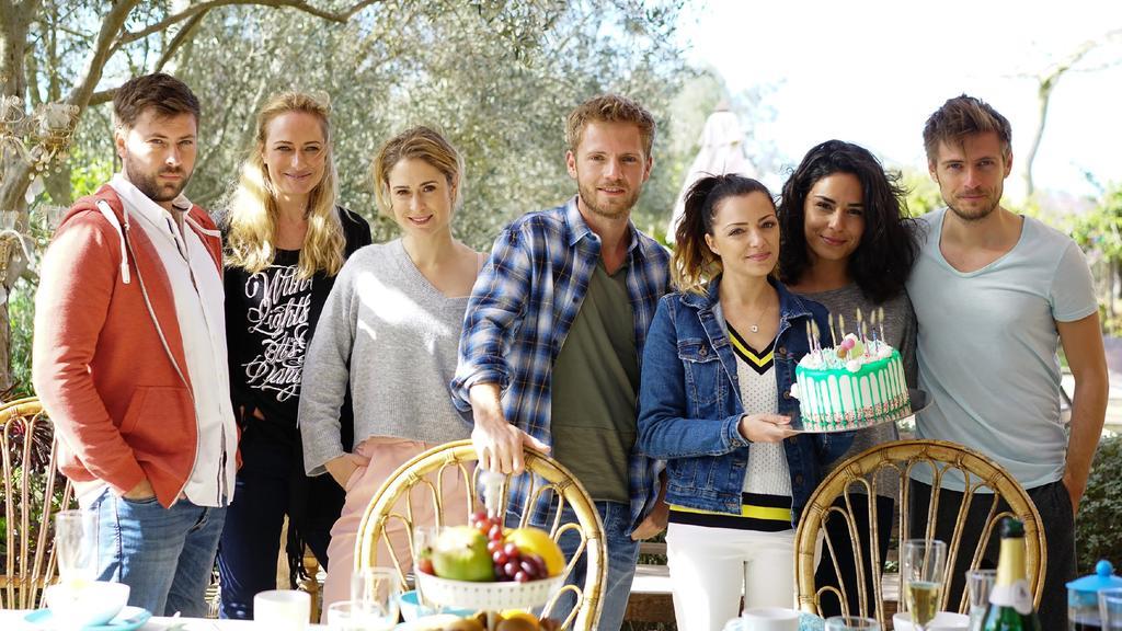 V.l.: John (Felix von Jascheroff), Maren (Eva Mona Rodekirchen), Sophie (Lea Marlen Woitack), Paul (Niklas Osterloh), Emily (Anne Menden), Shirin (Gamze Senol) und Philip (Jörn Schlönvoigt) feiern zusammen auf Mallorca den Geburtstag der Zwillinge -